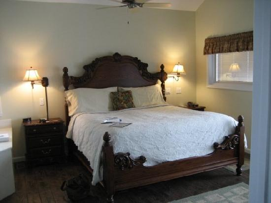 Hermann Hill Vineyard Inn & Spa and River Bluff Cottages: great bed