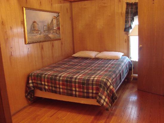 Glades Haven Cozy Cabins: The bedroom
