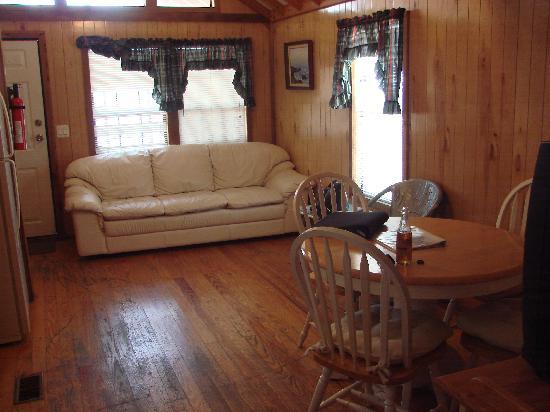 Glades Haven Cozy Cabins: livingroom