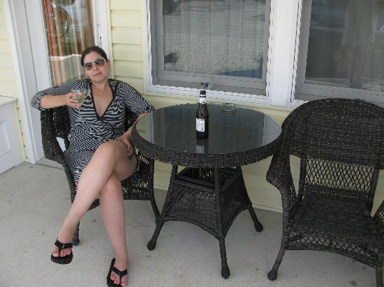Madison Avenue Beach Club Motel: Outside of room (nice tables) with wine glass