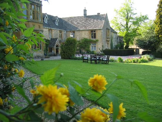 Lords of the Manor Hotel: Lawn and front of hotel.