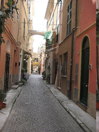 Hotel Villa Marina: Old town alley with shops and restaurants