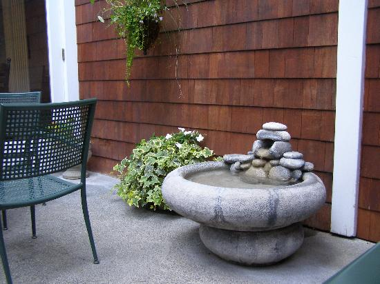 Best Western Plus Elm House Inn : Another fountain next to the outside sitting area