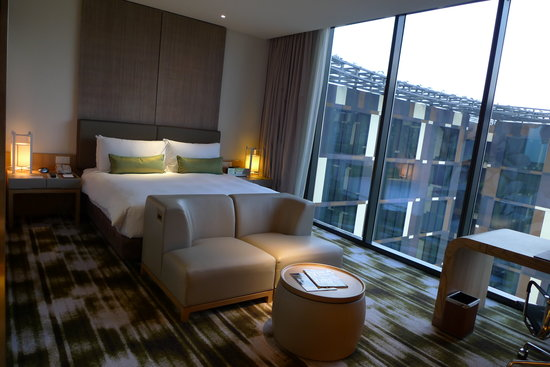 Crowne Plaza Changi Airport: Bedroom with lights on