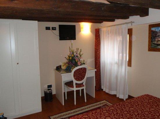 فينيس ريزورتس: Small desk in room