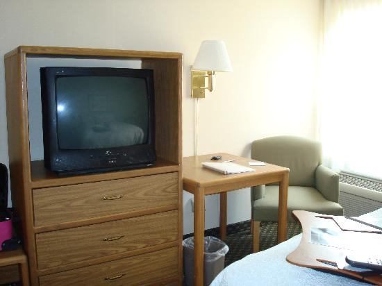 Hampton Inn Battle Creek: TV and small table