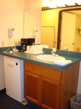 Days Inn Grayling: Vanity area