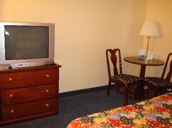 Days Inn Grayling: TV and small table