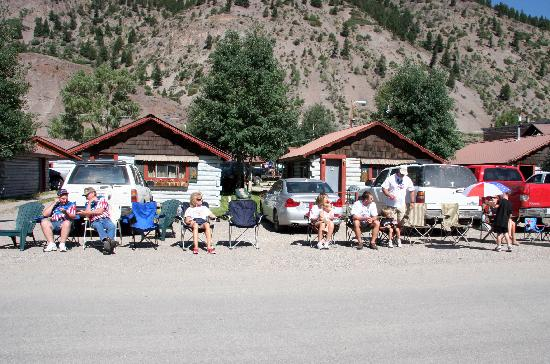 Lake City, Колорадо: Crowd waits for 4th of July parade in front of Town Square Cabins