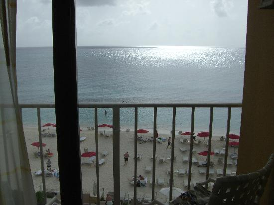 Grand Cayman Marriott Beach Resort: View from our room onto the beach