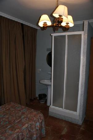 Hostal Nevada: room + a shower