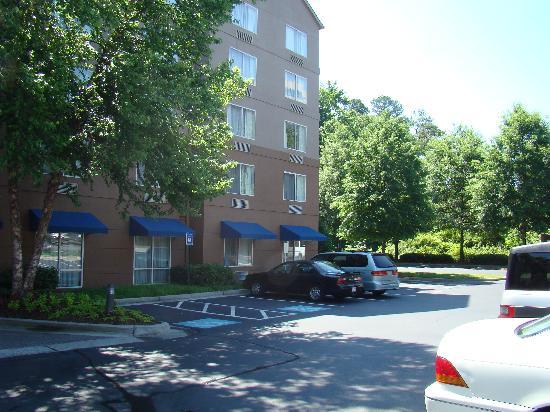 Fairfield Inn & Suites by Marriott Atlanta Perimeter Center: Parking Lot