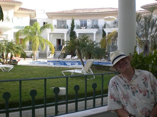 Marina Turquesa: Pool and gardens
