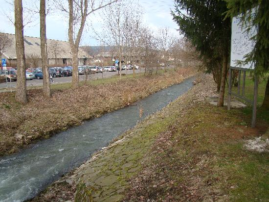 Schlosshotel Klaffenbach: small canal in front of castle