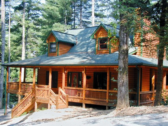 Coosawattee River Resort: Nice wraparound porches and screened on back