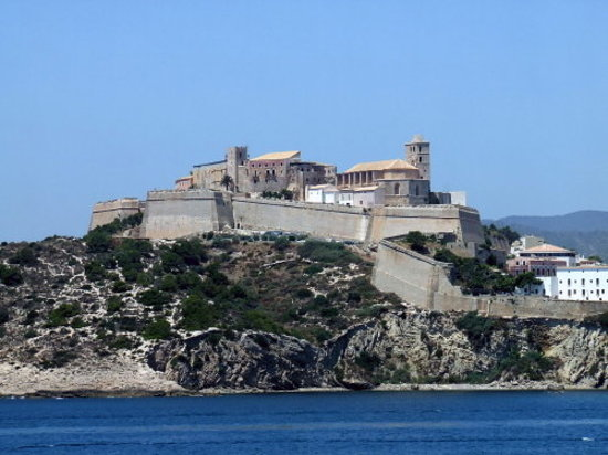 Ibiza Stadt und Burg: The view of the castle from the water.