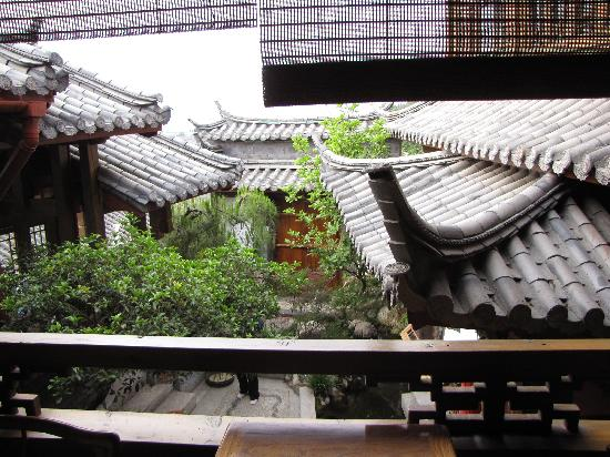 Zen Garden Hotel (Lion Mountain Yard): A view from the hotel'sopen hallway