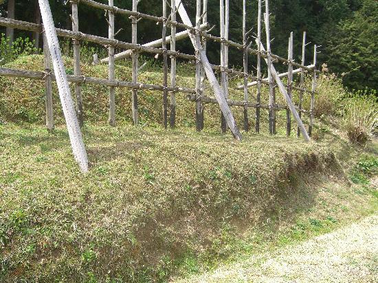 Nagashino historic battlefield : 馬防柵の土塁は往時のままと言われています。