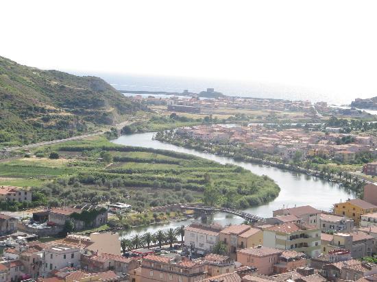 Isola Rossa Resort: veduta di Bosa dal castello
