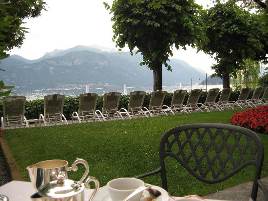 Grand Hotel Menaggio: Sitting at the breakfast table and lounge chairs