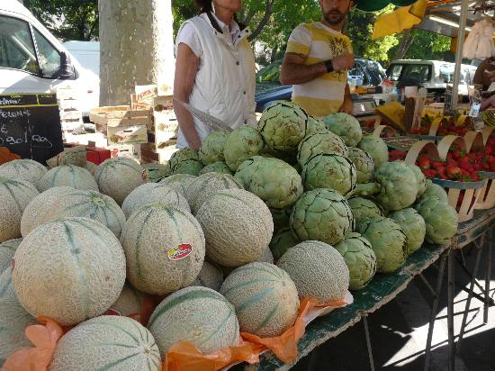 Hotel De L'Amphitheatre : Huge artichokes and small melons at the market
