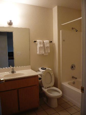 Sedona Village Lodge: Bathroom in one-bedroom suite