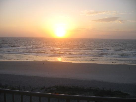 Courtyard by Marriott Jacksonville Beach Oceanfront: The morning sunrise from our balcony