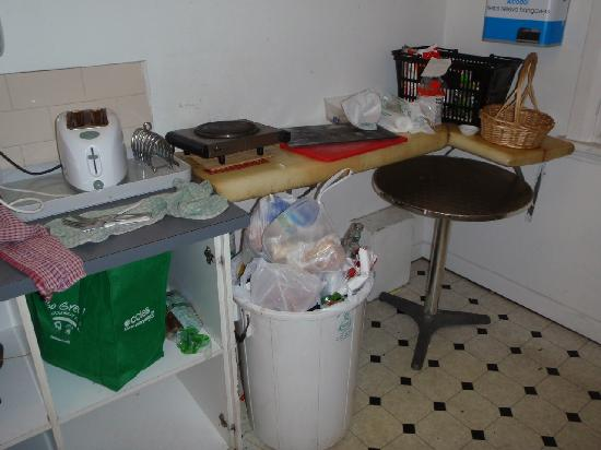 Bondi Shores : Overflowing bins, filthy cluttered worktops