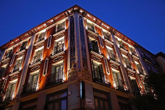 das hotel bei nacht - picture of petit palace posada del peine