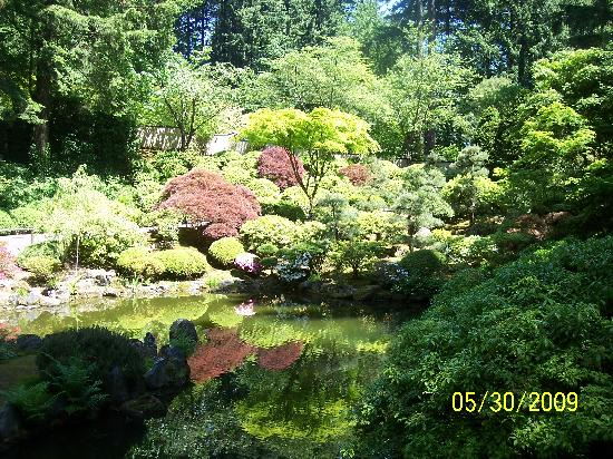 Heron Haus Bed & Breakfast: Japanese and Rose Garden in Portland