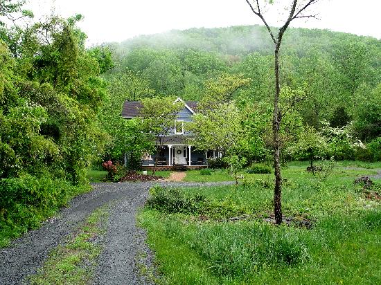The Inn at Sugar Hollow Farm: The Shenandoah Suite has a private entrance at the back of the Farmhouse.