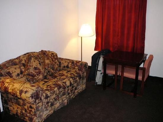 Sofa Und Kleiner Essplatz Im Dunklen Zimmer Picture Of Dodge House