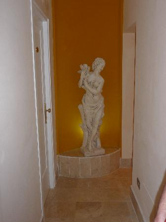Hotel Prati: hallway outside room 114