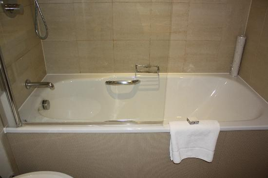 The Park City Grand Plaza Kensington Hotel: New tub with a great shower