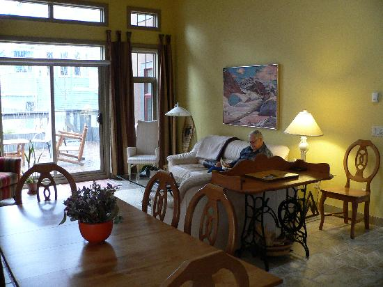Buffaloberry Bed and Breakfast: Lounge with fireplace