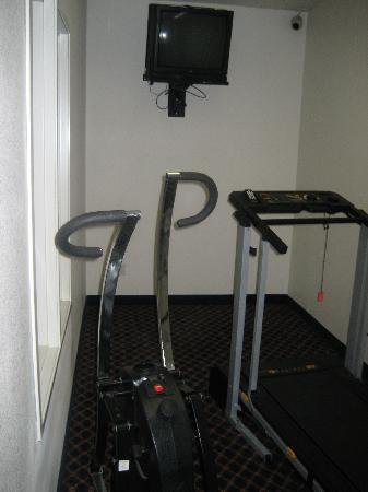 Days Inn & Suites Gresham: their supposed fitness room!