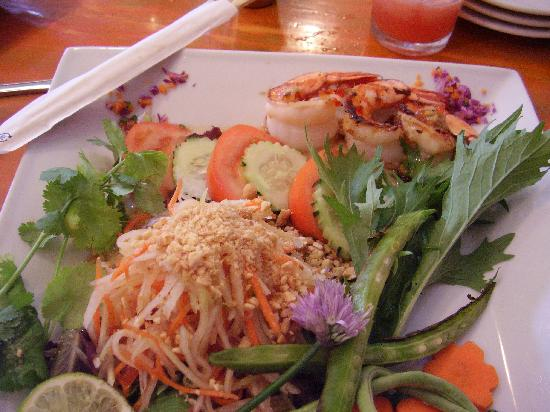 Moana Bakery & Cafe: Lemongrass prawns and papaya salad