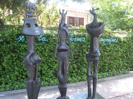พิพิธภัณฑ์ศิลปะเพกกี กุกเกนไฮม์ คอลเลคชัน: Outdoor Garden Sculptures - Interesting