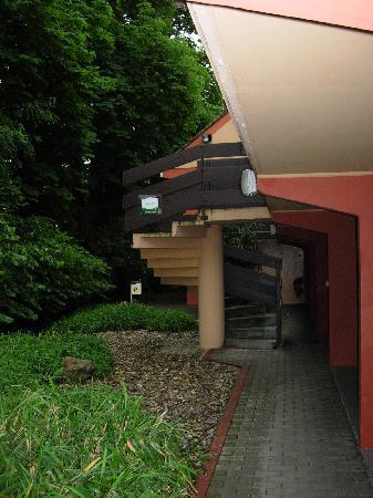 Campanile Strasbourg Sud - Illkirch Geispolsheim : Derriere de l 'hotel. (trés sombre et ombragé)