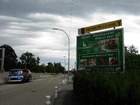 Campanile Strasbourg Sud - Illkirch Geispolsheim: Epave de voiture devant l'hotel