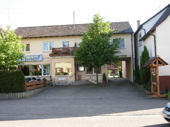 Hotel Rheintal : hôtel vu de la rue avec le parling à droite sous le porche