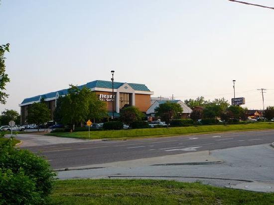 Drury Inn & Suites St. Louis Westport : Das Hotel von aussen