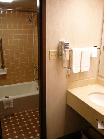 Drury Inn & Suites St. Louis Westport: Badezimmer, nicht modern aber ok