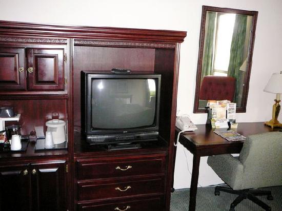 Drury Inn & Suites Westport-St. Louis: Alles vorhanden: TV,  Kühlschrank und Mikrowelle im Schrank