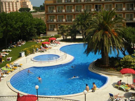 Piscine vue de notre chambre picture of luna park hotel for Chambre piscine