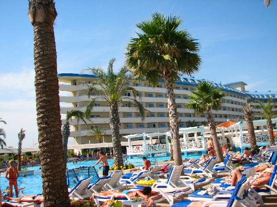 Crystal Admiral Resort Suites & Spa: Pool and water games