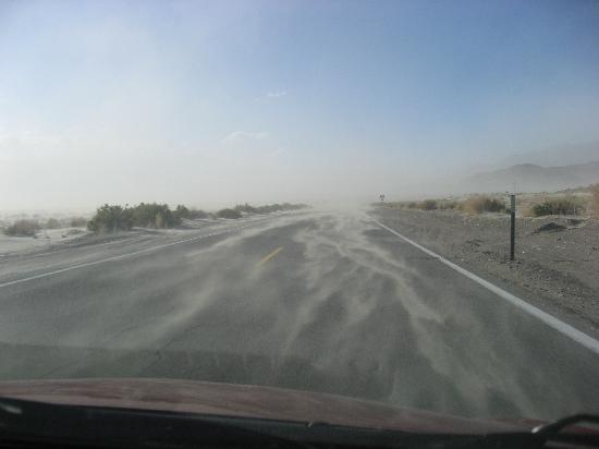 Best Western Plus Frontier Motel: Dust storm outside Lone Pine