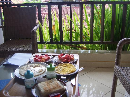 Fat Yogi Cottages: breakfast at balcony