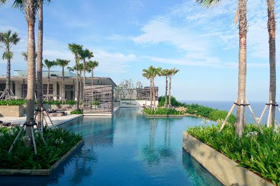 Alila Villas Uluwatu: main pool on the edge of the cliff