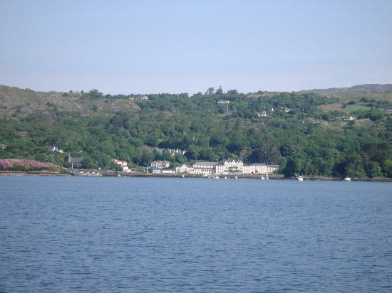 Eccles Hotel Glengarriff: The Eccles Hotel from the bay